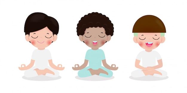 Sammlung von kindern, die in lotushaltung meditieren. nette karikaturkinder yoga und meditationsillustration im flachen stil lokalisiert auf weißem hintergrund