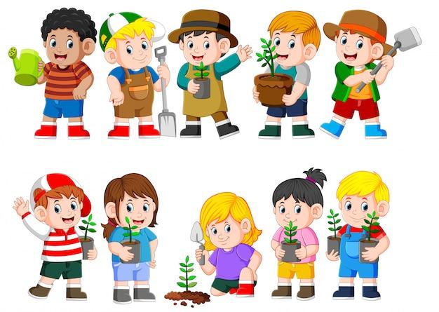 Sammlung von kindern, die junge grüne pflanze halten