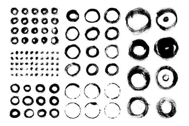 Sammlung von kreispinselstrichen. satz von vektor-grunge-bürsten. schmutzige texturen von bannern, boxen, rahmen und designelementen. bemalte objekte isoliert auf weißem hintergrund