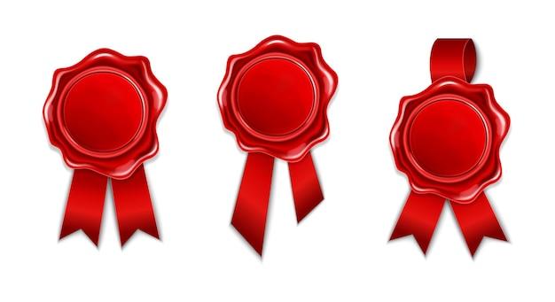 Sammlung von rotem wachssiegel mit band lokalisiert auf weißem hintergrund. realistischer runder retro-stempel für dokument, umschlag, brief oder fahne. qualitätsbegriff, garantiemarke.