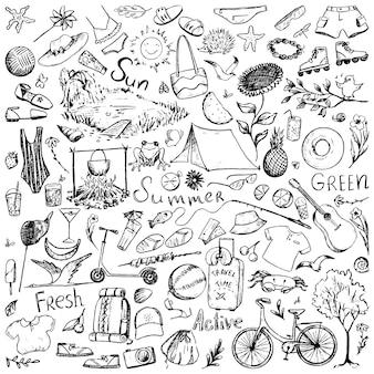 Sammlung von sommerzeit-doodles. handgezeichnete vektorgrafiken. zeichnungen von tieren, pflanzen, kleidung, freizeitartikeln, accessoires, wörtern. einfache konturelemente isoliert auf weißem hintergrund.