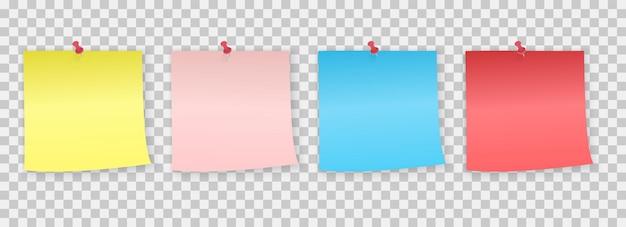 Sammlung von verschiedenen farbigen notizpapieren mit stift. aufkleber angepinnt roter druckknopf mit gewellter ecke, bereit für ihre nachricht.