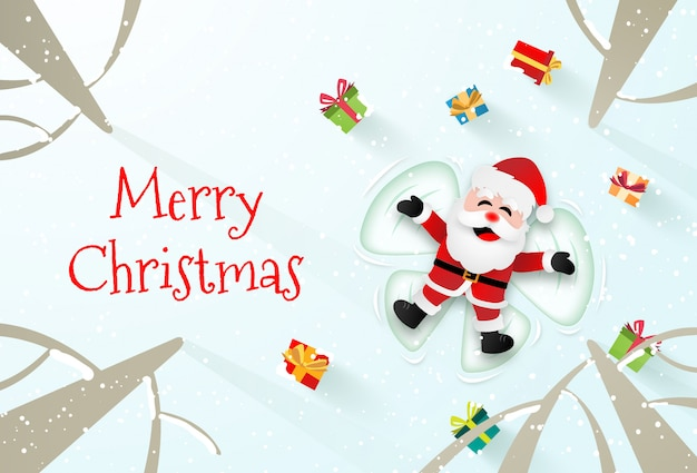Santa claus, die auf den schnee legt und einen schneeengel macht