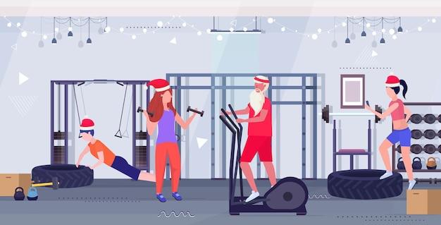 Santa claus macht übungen auf stepper laufband menschen training workout gesunden lebensstil konzept weihnachten neujahrsferien moderne turnhalle interieur