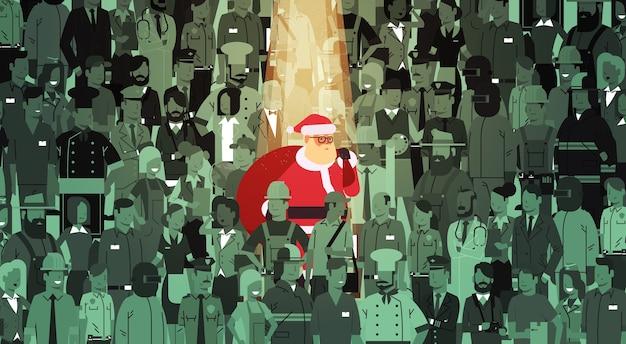 Santa claus mit großem sack, der von der menschenmenge hervorhebt frohe weihnachten glückliche neujahrsfeiertagsfeier individualitätskonzept flache illustration