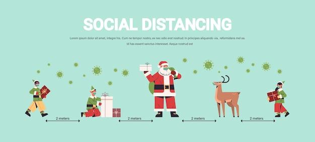 Santa claus mit mix race elfen in masken, die soziale distanz halten, um coronavirus neujahr weihnachten feiertagsfeier konzept in voller länge horizontale kopie raum vektor-illustration zu verhindern