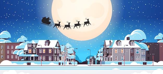 Santa fliegt im schlitten mit rentieren im nachthimmel über dorfhäusern frohes neues jahr frohe weihnachten banner winterferien konzept horizontale vektor-illustration