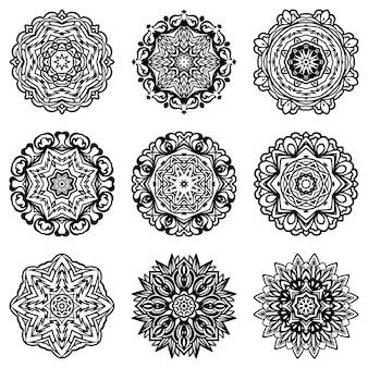 Satz abstrakte schneeflockensilhouette und -rahmen. dekorative formen des schwarzen und weißen mandala-ziers.