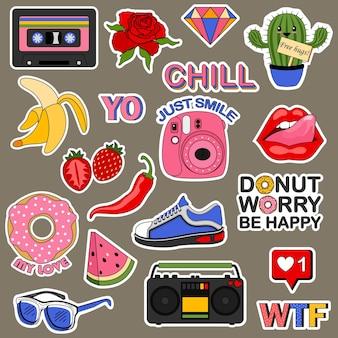 Satz aufkleber für einen teenager. ute cartoons patches essen regenbogen retro zeug und motivation wörter gekritzel symbol.