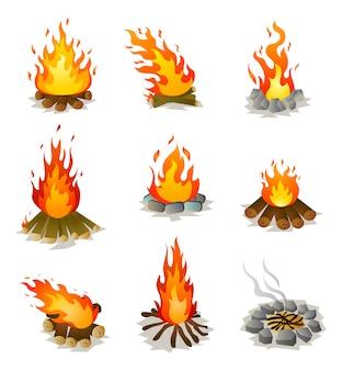 Satz brennendes heißes lagerfeuer mit baumholz und steinen