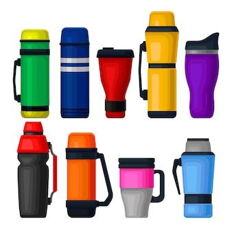 Satz bunte thermoskanne und thermobecher. aluminiumbehälter für tee oder kaffee. vakuumflaschen für heißgetränke