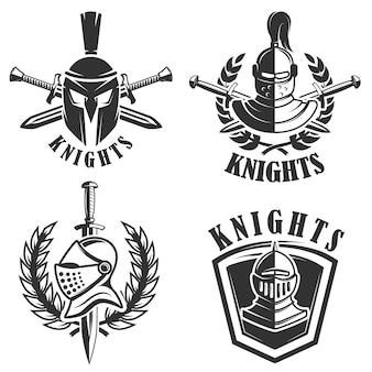 Satz der embleme mit ritterhelmen und schwertern. elemente für logo, etikett, abzeichen, zeichen. illustration
