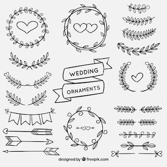 Satz der gezeichneten Art der Hochzeitsverzierungen in der Hand