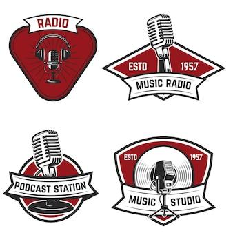 Satz embleme mit altem artmikrofon auf weißem hintergrund. elemente für logo, etikett, zeichen. illustration