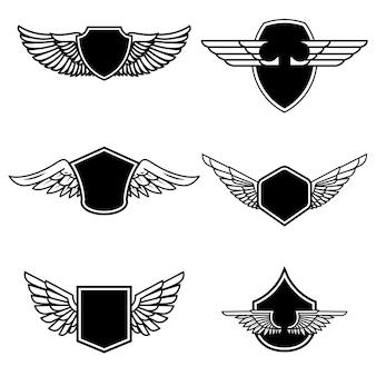 Satz embleme mit flügeln auf weißem hintergrund. elemente für logo, etikett, emblem, zeichen, abzeichen. illustration