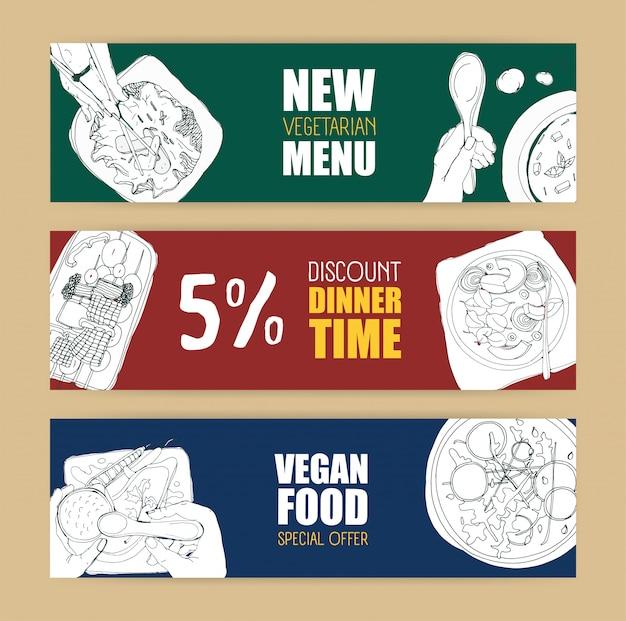 Satz farbige horizontale bannervorlagen mit köstlichen veganen und vegetarischen mahlzeiten, die von hand mit konturlinien in monochromen farben gezeichnet werden.