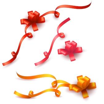 Satz farbiges geschenk beugt mit den bändern, die auf weiß lokalisiert werden