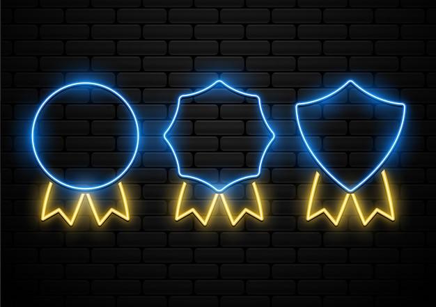 Satz futuristisches abzeichen mit neonlichtform