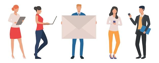 Satz geschäftsleute, die verschiedene geräte für kommunikationen verwenden