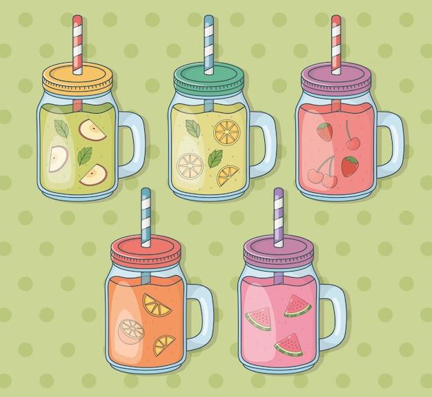 Satz glasbehälter mit fruchtsäften und strohen