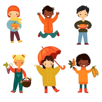 Satz glückliche lächelnde kinder von verschiedenen ethnien und von geschlechtern im herbst