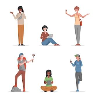 Satz glückliche lächelnde leute, die auf smartphones illustration sprechen