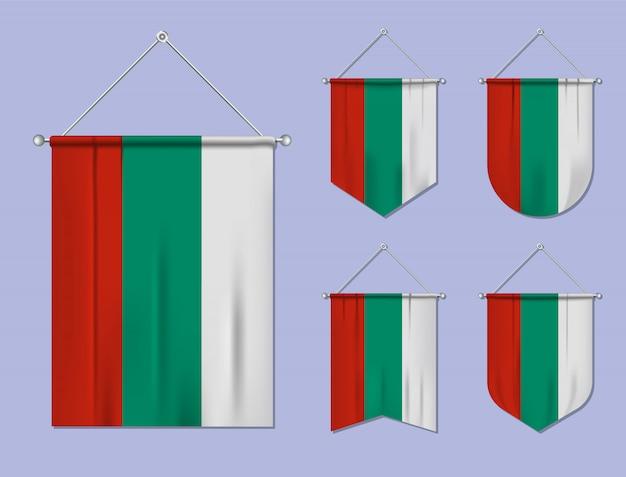 Satz hängende flaggen bulgarien mit textilbeschaffenheit. diversitätsformen des nationalflaggenlandes. vertikaler schablonenwimpel.
