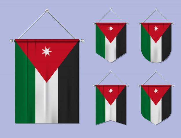 Satz hängende flaggen jordanien mit textilbeschaffenheit. diversitätsformen des nationalflaggenlandes. vertikaler schablonenwimpel