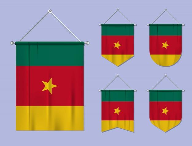 Satz hängende flaggen kamerun mit textilbeschaffenheit. diversitätsformen des nationalflaggenlandes. vertikaler schablonenwimpel.