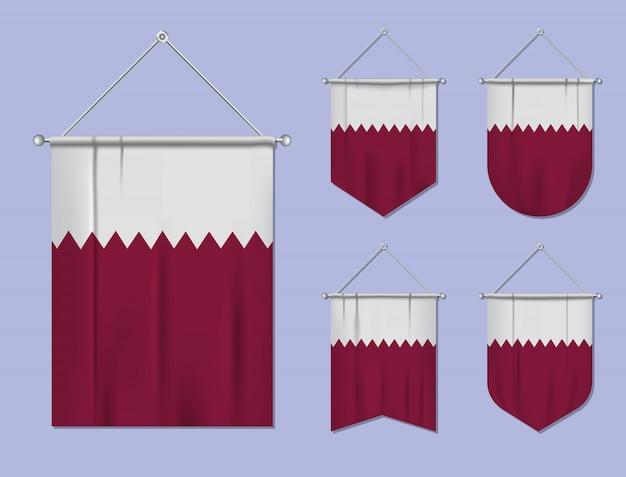 Satz hängende flaggen katar mit textilbeschaffenheit. diversitätsformen des nationalflaggenlandes. vertikaler schablonenwimpel.