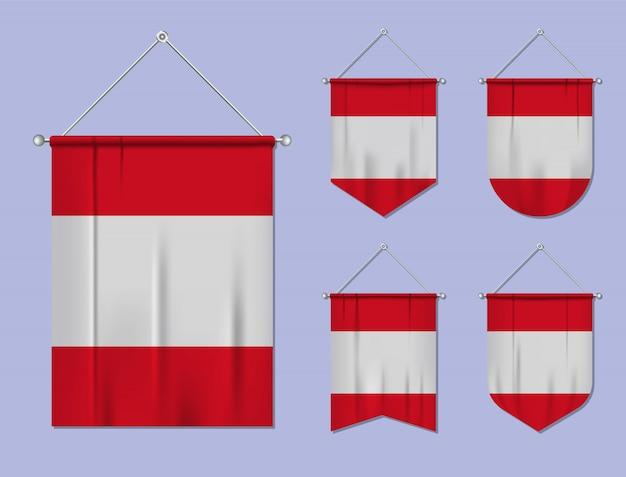 Satz hängende flaggen peru mit textilbeschaffenheit. diversitätsformen des nationalflaggenlandes. vertikaler schablonenwimpel.