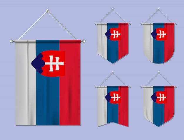 Satz hängende flaggen slowakei mit textilbeschaffenheit. diversitätsformen des nationalflaggenlandes. vertikaler schablonenwimpel.