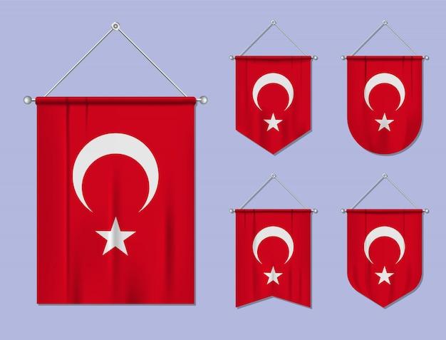 Satz hängende flaggen türkei mit textilbeschaffenheit. diversitätsformen des nationalflaggenlandes. vertikaler schablonenwimpel