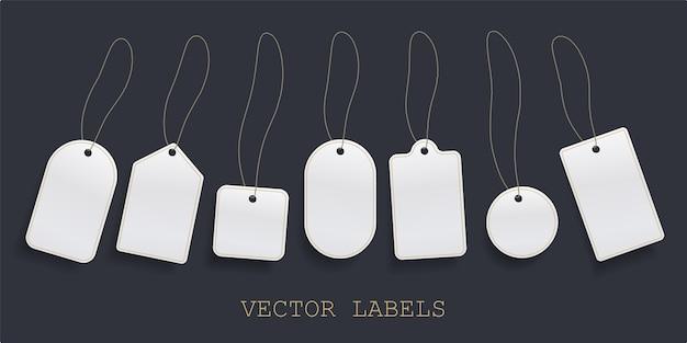 Satz hängender etikettenpreis, weißes leeres papierpreisschild oder leere abzeichenetikettenschablone.