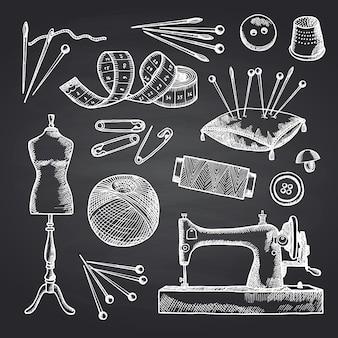 Satz hand gezeichnete nähende elemente auf schwarzer tafelillustration. werkzeuge für handarbeit und nähen