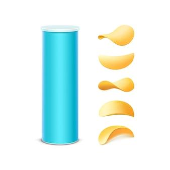 Satz hellblaue blechdose-behälterröhre für verpackungsdesign mit knusprigen kartoffelchips verschiedener formen nahaufnahme lokalisiert auf weißem hintergrund