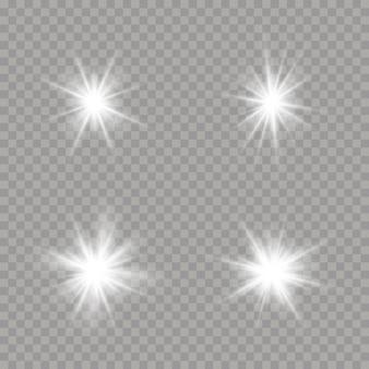 Satz helle sterne auf einem transparenten hintergrund. blendung, explosion, funkeln, linie, sonneneruption. satz weiß leuchtende sterne mit lichtstoß. funkelnde magische staubpartikel.