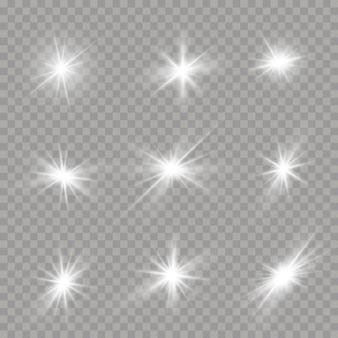 Satz helle sterne auf einem transparenten hintergrund. blendung, explosion, funkeln, linie, sonneneruption. satz weiß leuchtende sterne mit lichtstoß.