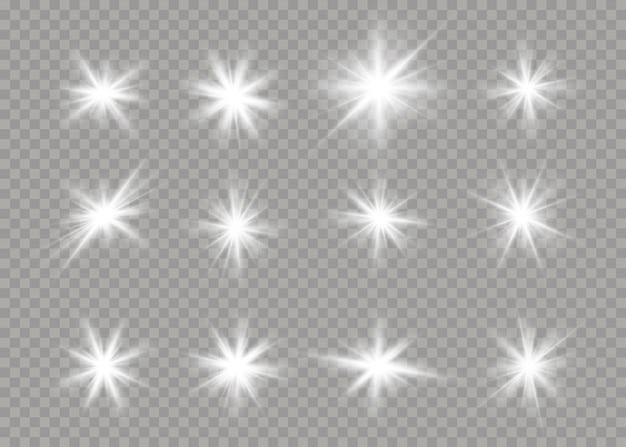 Satz helle sterne auf einem transparenten hintergrund. funkelnde magische staubpartikel. satz weiß leuchtende sterne mit lichtstoß. blendexplosion, funkeln, linie, sonneneruption. illustration ,.