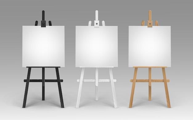 Satz hölzerne braune schwarze weiße sienna staffeleien mit leeren leeren quadratischen leinwänden auf hintergrund