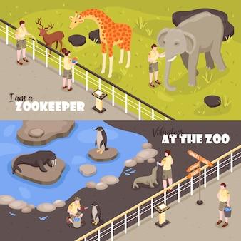 Satz horizontaler banner der zwei isometrischen zooarbeiter mit blick auf gehege mit tieren und text