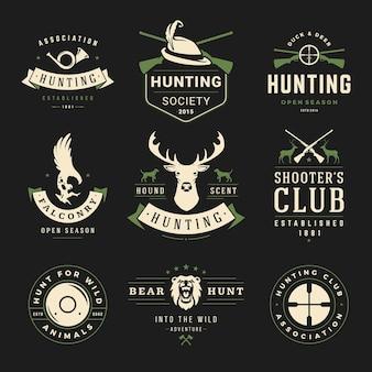 Satz jagd- und angeletiketten, abzeichen im vintage-stil. hirschkopf, jägerwaffen, waldwildtiere und andere gegenstände. werbung für jägerausrüstung.