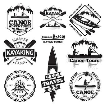 Satz kanu- und kajaketiketten. zwei mann in einem kanuboot, mann in einem kajak, boote und ruder, berge, lagerfeuer, wald, kanutouren, kajakfahren, kanureisengeschäft.