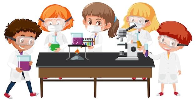 Satz kinder im wissenschaftlerkostüm, das wissenschaftsobjekte hält