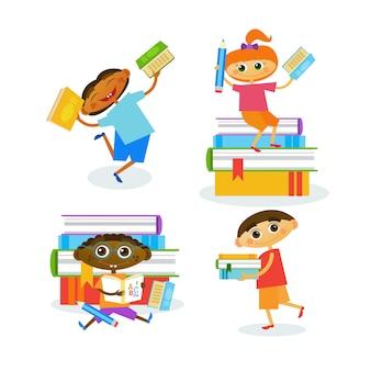 Satz kinder mit den büchern, die nettes kinderglückliches lächeln lesen