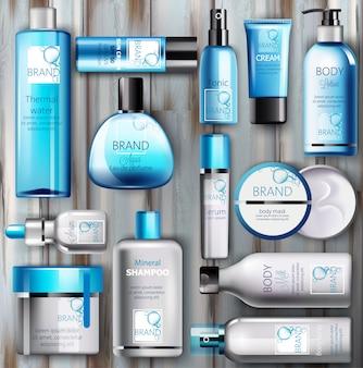 Satz kosmetik mit platz für text auf hölzernem hintergrund. thermalwasser, serum, creme, lotion, körpermaske, sonnencreme, spray, tonic, parfüm und shampoo. realistisch