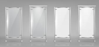 Satz leere Glasbanner auf Metallgestellen, transparente und weiße Displays
