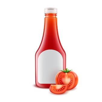 Satz leere rote plastikplastik-ketchupflasche aus kunststoff für das branding mit weißem etikett und frisch geschnittenen tomaten, isoliert auf weißem hintergrund