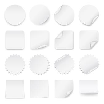 Satz leere weiße aufkleber mit gerundeten ecken in den verschiedenen formen.