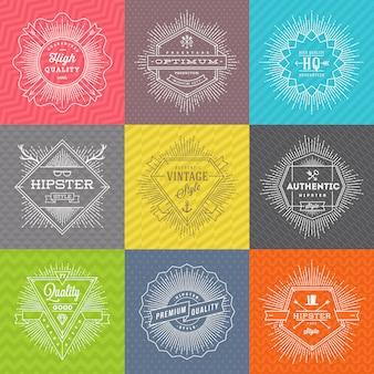 Satz linienzeichen und embleme mit hipster-symbolen und typ auf einem farbigen musterhintergrund